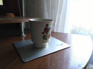 Алюминиевый коврик для мыши HV-MP835 на котором стоит кружка чая.