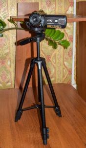AC1 Digital Video Camera на штативе с поднятой штангой.